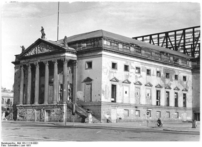 Bundesarchiv_Bild_183-11116-0001_Berlin_Deutsche_Staatsoper_Au%C3%9Fenansicht